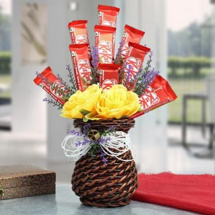 10 Kit Kat With Vase roses