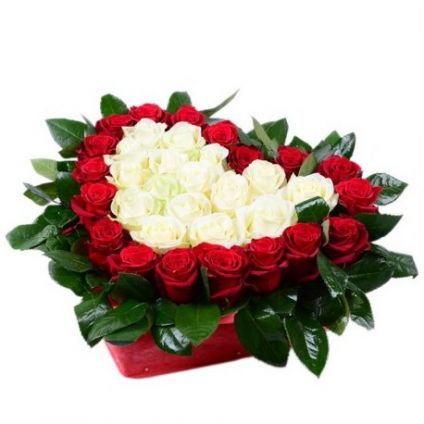 Basket in red and white roses heart